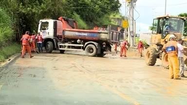 Equipes da prefeitura trabalham na retirada de lama na Avenida Niemeyer - Avenida Niemeyer permanece interditada. Esta é a terceira interdição neste ano.