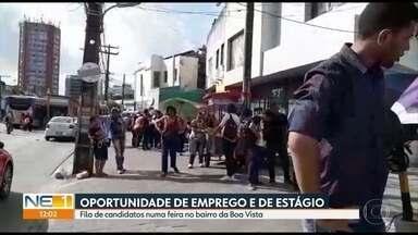 Oferta de vagas de emprego e estágio provoca grande fila no Centro do Recife - Feira promovida por escola levou cerca de mil pessoas a tentar uma oportunidade