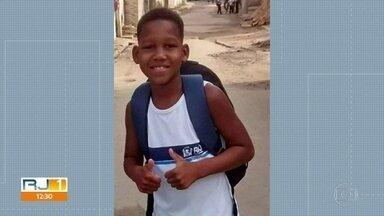Pais de menino baleado aguardam resultado de exames para constatar morte cerebral - Kauá Rozário, 11 anos, foi baleado durante um confronto entre policiais e bandidos no último sábado (11) na Vila Aliança, Bangu. Os pais aguardam os exames para confirmar a morte cerebral do filho.