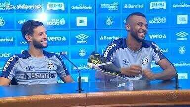 Léo Gomes e Juninho Capixaba são os laterais do Grêmio escalados contra o Ceará - Jogadores falam em se recuperar no Brasileirão e só pensar em vitórias.