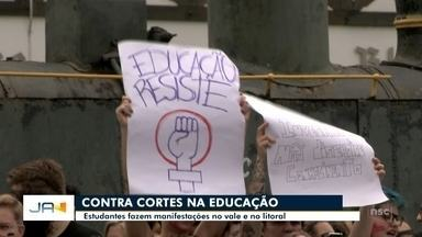 Estudantes fazem manifestação contra cortes na educação no Vale e no litoral - Estudantes fazem manifestação contra cortes na educação no Vale e no litoral