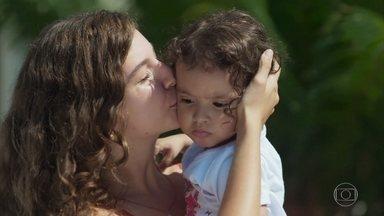 Filipe permite que Rita pegue Nina em seu colo - Rita se emociona ao pegar a filha em seus braços pela primeira vez