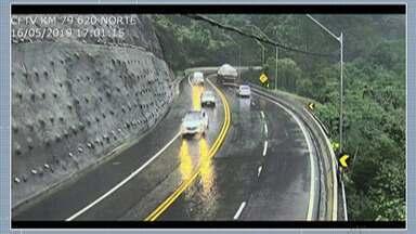 Rodovia dos Tamoios é interditada na tarde desta sexta-feira por risco de deslizamento - É a sétima vez que a rodovia é bloqueada só este ano.