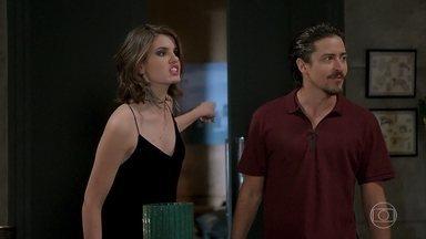 Manuzita se oferece para fazer comida para Jerônimo e Vanessa intervém - Manuzita aproveita confusão de Jerônimo com Vanessa e rouba o celular do rapaz