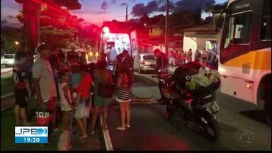 Mulher é atropelada quando atravessava em faixa de pedestre na Avenida Beira Rio - Motociclista também ficou ferida.