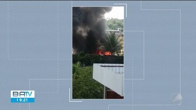 Incêndio atinge três ônibus no almoxarifado da prefeitura de Coaraci - Apesar do susto, ninguém ficou ferido.
