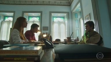 Luz e Júnior explicam para Afrânio que Gabriel que não quer revelar existência de tesouro - O arqueólogo explica que o sítio arqueológico que a jovem encontrou deve ser vestígio de uma sociedade indígena que sumiu
