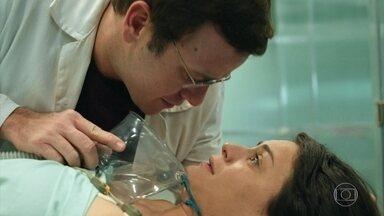 Charles beija Larissa antes da operação - Ele pede para Evandro operar a ex-namorada