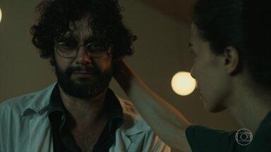 Carolina impede Renan de matar Douglas - Médica afirma que Aline vai precisar do marido quando se recuperar e que ele não pode ser preso