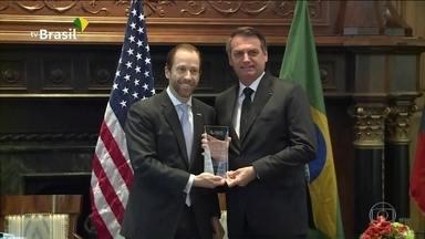 Bolsonaro é homenageado pela Câmara de Comércio Brasil-Estados Unidos - Em seu discurso feito durante a homenagem que recebeu em Dallas, Jair Bolsonaro falou sobre a qualidade da educação no Brasil. O presidente voltou a criticar as manifestações contra os cortes na educação e a imprensa.