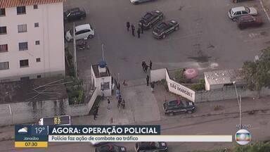 Polícia faz operação contra o tráfico de drogas em Betim - Buscas são feitas em um condomínio da cidade.
