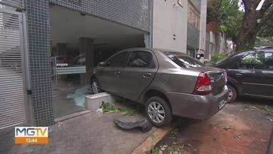 Carro invade prédio em Belo Horizonte - Acidente foi na Rua Maranhão, no bairro Funcionários, na Região Centro-Sul.