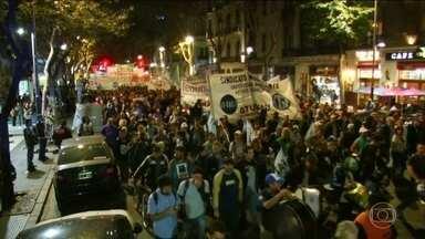 Argentinos protestam por mais investimentos nas universidades públicas - Os manifestantes marcharam pelas ruas de Buenos Aires, ontem à noite. Eles pediram o fim do aperto nos gastos públicos feito pelo presidente Maurício Macri depois do acordo com o FMI.