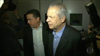 José Dirceu se entrega à Polícia Federal em Curitiba - José Dirceu chegou à sede da PF às 21h30 desta sexta-feira (17). O ex-ministro veio de carro de Brasília para Curitiba. Ele vai ficar preso na carceragem onde estão outros presos da Lava Jato.