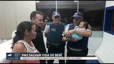 PMs que salvaram criança engasgada em Samambaia reencontram família - O bebê de um mês e meio chegou desacordado no postinho da PM quando recebeu os primeiros socorros e foi salvo.