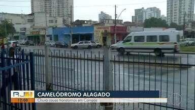 Chuva deixa Camelodrómo de Campos alagado - Teto de uma igreja desabou, um homem ficou preso dentro de um carro e moradores chegaram a usar canoa no Centro