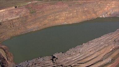 Em MG, parede de mina pode ceder a qualquer momento e atingir barragem - Moradores de Barão de Cocais vivem sob tensão. Queda de talude é considerada iminente e pode ser o gatilho para o rompimento da barragem.
