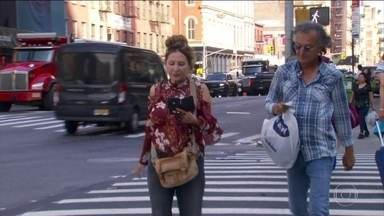 Nova York estuda lei que pode multar pedestre que atravessar a rua olhando o celular - Em 10 anos, o número de atropelamentos nos Estados Unidos aumentou 50%. A maioria das vítimas são jovens.