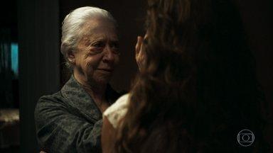 Maria se despede de Dulce - Evelina promete manter a filha informada sobre o estado de Amadeu. Rael vê quando mãe e filha deixam a fazenda