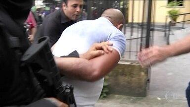 Policiais prendem dois suspeitos de participação na chacina de 11 pessoas, em Belém - No Pará, policiais prendem dois suspeitos de participação na chacina de 11 pessoas. Segundo a polícia, os dois homens estavam numa oficina onde o carro usado no crime era desmontado.
