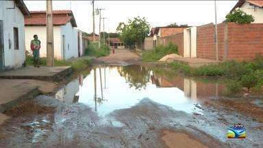 Moradores reclamam de problemas de infraestrutura em Caxias - Segundo os moradores do bairro Lis Castro, o acúmulo de água na rua acabou se transformando numa espécie de lagoa cercada de mato e lixo.