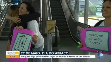 'Abraços grátis': ação no metrô marca o Dia do Abraço na capital baiana - Confira a iniciativa do Centro de Valorização da Vida (CVV).