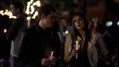 A Noite do Cometa - Enquanto a cidade se prepara para a passagem de um cometa, Stefan vai ao hospital apagar as lembranças de Vicki. Elena encontra Damon, que faz uma revelação sobre o irmão.