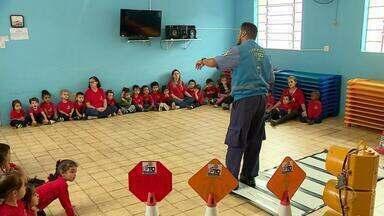 Agentes da EPTC dão aulas de educação no trânsito para crianças - Assista ao vídeo.