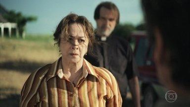 Evelina tenta descobrir o paradeiro de Fabiana - Ela vai à casa dos Matheus para descobrir o paradeiro de sua neta e decide falar com a polícia. O delegado a aconselha a mandar Zenaide e Virgínia para São Paulo