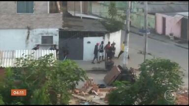 Tiroteios durante operações policiais em comunidades do RJ assustam moradores - Polícia Militar trocou tiros com traficantes em uma operação numa comunidade na Zona Oeste da capital carioca. Em outra comunidade, na Zona Norte, a Polícia Civil realizou uma ação que terminou com presos.