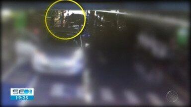 Homens armados rendem funcionário de joalheria e levam dinheiro e joias em Aracaju - A vítima estava no estacionamento do local, quando foi rendido e obrigado a entrar no carro dos suspeitos.