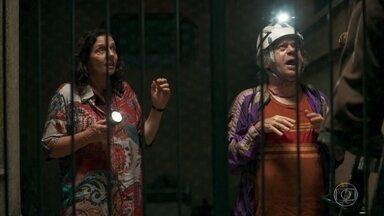 Dorotéia reclama da falta de Luz e Eusébio e Chico fazem ligação clandestina - Marlene observa a movimentação dos vizinhos e se diverte com a confusão