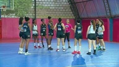 Projeto social da ex-jogadora de basquete Adrianinha promove a inclusão através do esporte - A equipe da Globo Recife foi conhecer uma turma que vê a bola como uma grande parceira de vida. São jovens que fazem parte do projeto social da ex-jogadora de Basquete da Seleção Brasileira Adrianinha.
