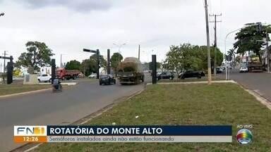 Semáforos instalados ainda não funcionam na rotatória do Jardim Monte Alto - Trecho está em obras em Presidente Prudente.