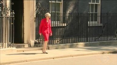 Theresa May comunica que renunciará no dia 7 de junho - A incerteza sobre a saída do Reino Unido da União Europeia deixou a primeira ministra Theresa May literalmente sem saída e sua renúncia era esperada. Ela se emocionou ao comunicar a decisão.