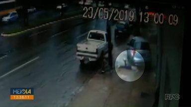 Mulher é jogada para fora de carro durante acidente - Ela foi atropelada pelo próprio carro durante a batida. Ela foi encaminhada ao hospital sem ferimentos graves.