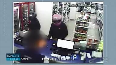 Assaltantes armados usam capacete para esconder rostos - Eles assaltaram uma farmácia e em seguida acabaram sofrendo um acidente de trânsito.