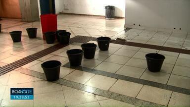 18 baldes são vistos no piso do terminal central para recolher água de goteiras - Hoje, pela manhã, a Secretaria de Obras esteve por lá fazendo uma vistoria.