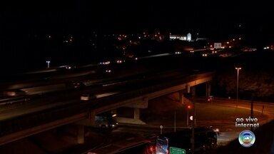Quilômetro 99 da Raposo Tavares em Sorocaba é interditado - Os motoristas devem ficar atentos para uma mudança no tráfego, na noite desta sexta-feira (24), na rodovia Raposo Tavares em Sorocaba. O trecho no quilômetro 99 será interditado para reparos no viaduto.