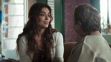 Maria conta para Marlene que está grávida e estranha que Zenaide ainda não tenha chegado - A aposentada avisa ao padre da gravidez de Maria, que pede notícias de Amadeu