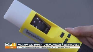 Polícia Rodoviária conta com novo equipamento contra a embriaguez ao volante - O etilômetro passivo funciona a dez centímetros do motorista. É mais prático e rápido que o bafômetro tradicional. No DF, a PRF adquiriu seis equipamentos.