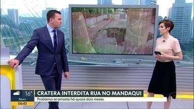Quase 2 meses depois, buraco em rua do Mandaqui continua sem solução - Um buraco em uma rua residencial no bairro do Mandaqui, na Zona Norte de São Paulo está sem solução e a equipe do Bom Dia SP foi acompanhar de perto o problema