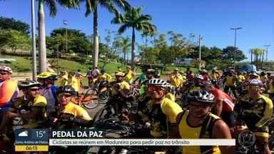 Centenas de ciclistas se reúnem para pedir paz no trânsito do Rio - Movimento Pedal da Paz estima que 500 ciclistas tenham participado do evento, em Madureira.