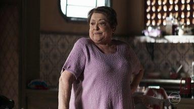 Marlene exige que a família de Eusébio desfaça a ligação clandestina em seu encanamento - Ela descobre armação dos vizinhos ao perceber um aumento nas suas contas de água