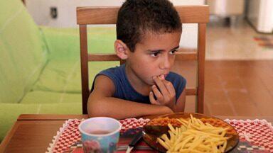 Alguém Tem Que Ceder - Além de comer mal, Guilherme sofre com anemia aos 8 anos. Ele não come arroz, feijão e vegetais, e a família vive um conflito intenso.