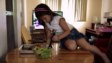 Touro Bravo - Emanuelly tem seis anos e come cerca de meio quilo de açúcar por dia. Os pais dela não sabem mais o que fazer. A nutricionista Gabriela Kapim vai tentar ajudá-los.