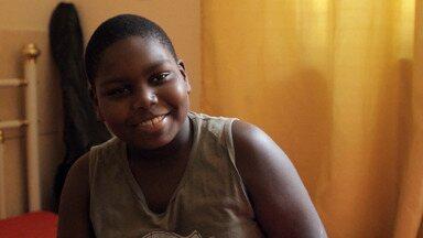 Douglas, O Lutador - Aos nove anos, Douglas pesa mais de 62 quilos. Ele bebe muito refrigerante e come sem parar. A mãe do Douglas não sabe mais o que fazer.