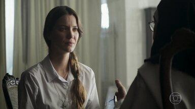 Fabiana diz para a Madre que tem esperança de encontrar sua família - Religiosa explica que a jovem precisa tomar uma decisão para continuar no convento