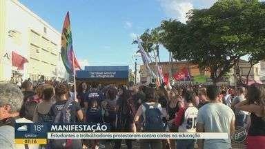 Estudantes e trabalhadores protestaram contra cortes na educação - Em Campinas (SP), o ato começou por volta das 17h. Aos poucos, o Largo do Rosário ficou lotado de estudantes, professores e também representantes de sindicatos e partidos políticos.