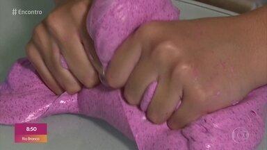 Slime: os cuidados com o bórax - Slime é uma brincadeira que faz o maior sucesso com a criançada. Entretanto, é preciso tomar cuidado, porque o uso do bórax pode provocar intoxicação.